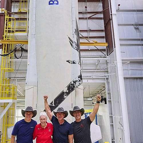 Джеф Безос се отправя  към космоса без пилоти  и инженери