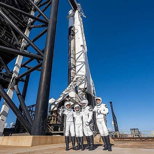 """Компанията """"Спейс Екс"""" изстреля първия изцяло цивилен екипаж в орбита"""