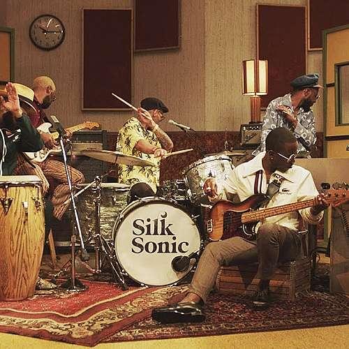 """Silk Sonic се завърна на челна позиция в класацията на """"Билборд"""" за сингли"""