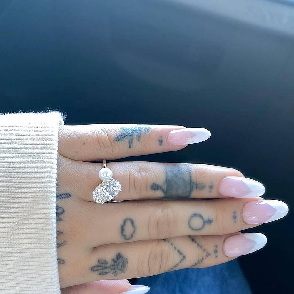 Ариана Гранде, пръстен