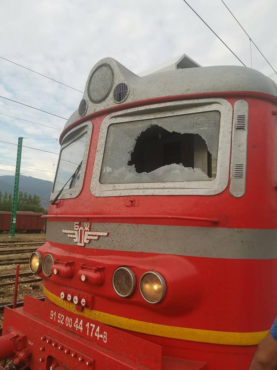 Счупено е челното стъкло на движещия се локомотив, като са пострадали машиниста и помощник-машиниста.