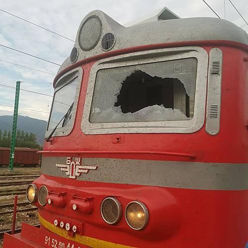 Mашинисти пострадаха от хвърлен камък