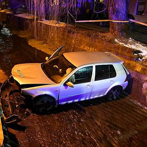 Лек автомобил падна в Боянската река (снимки)