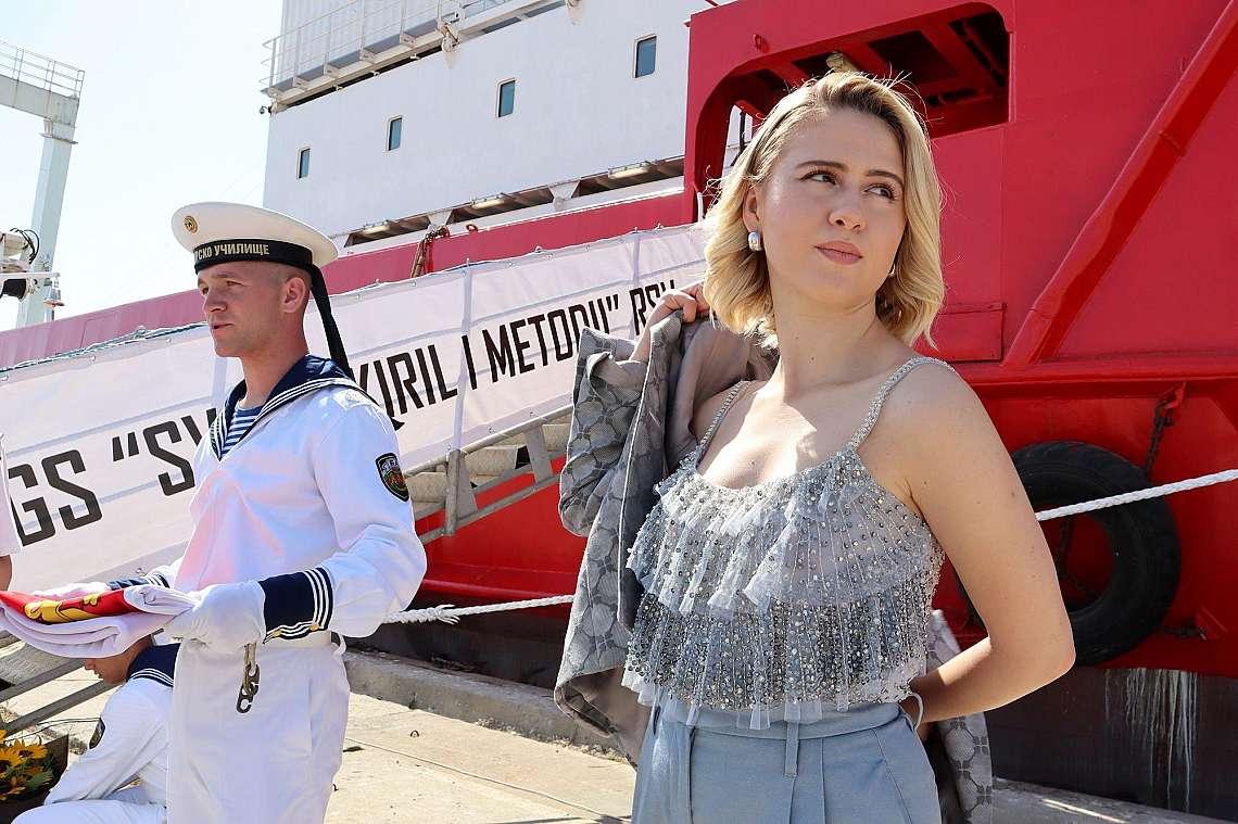 България има своя първи военен научноизследователски кораб, а негова кръстница, и то в деня на Освобождението на Варна, стана звездата Мария Бакалова....