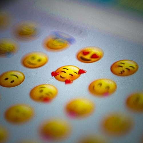 Първите емотикони на усмихнато и намръщено лице бяха продадени на търг
