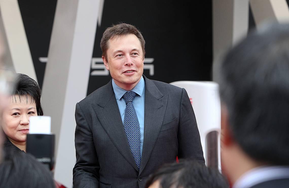 Изпълнителният директор на Tesla Илон Мъск в търговски център на Tesla в Jinqiao, Шанхай, 23 април 2014 г.