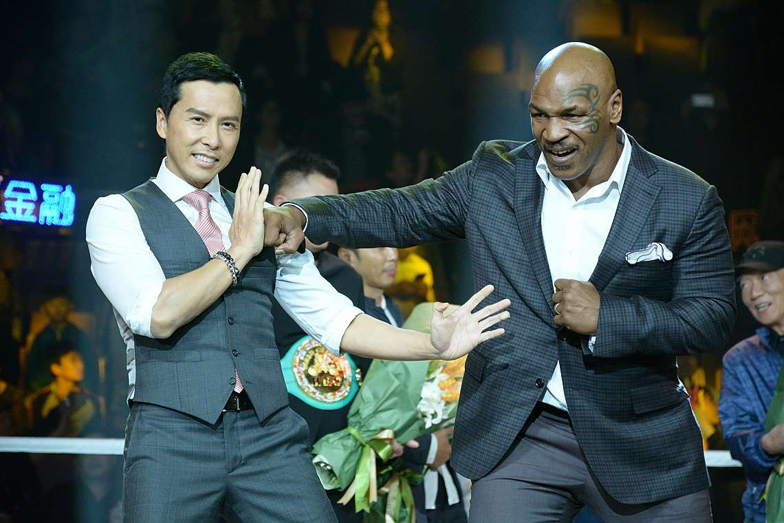"""Дони Йен (вляво) общува с пенсионирания американски боксьор Майк Тайсън по време на пресконференция за филма им """"IP MAN 3"""" в Шанхай, Китай,..."""