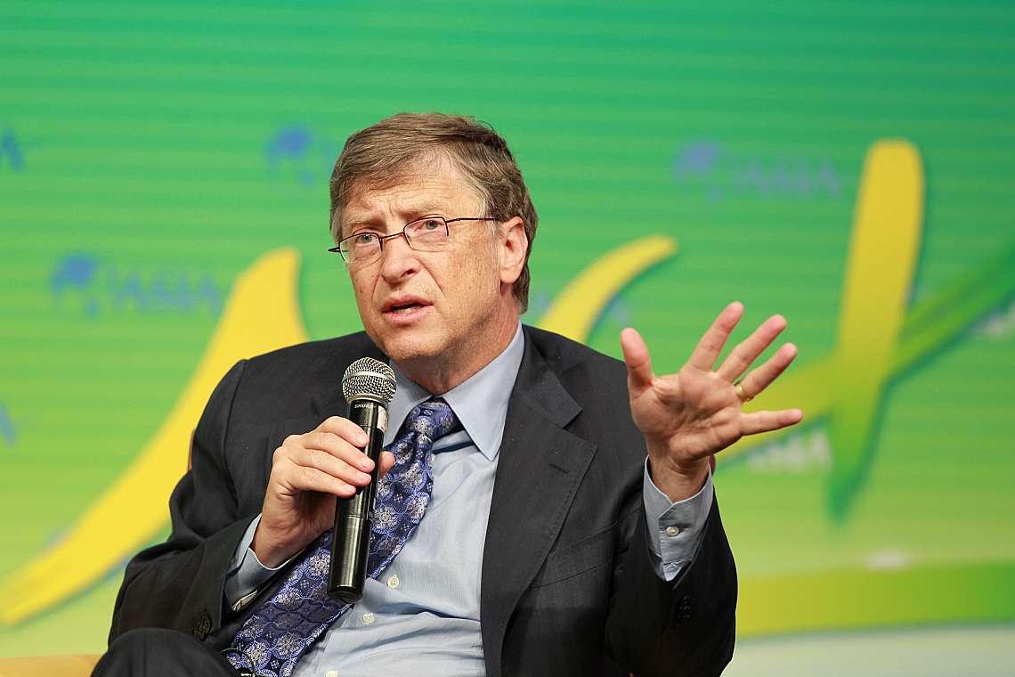 """Бил Гейтс, съпредседател на фондация """"Бил и Мелинда Гейтс"""", говори на подфорум по време на Форума за Азия в Боао през 2013 г. в град Боао, п..."""