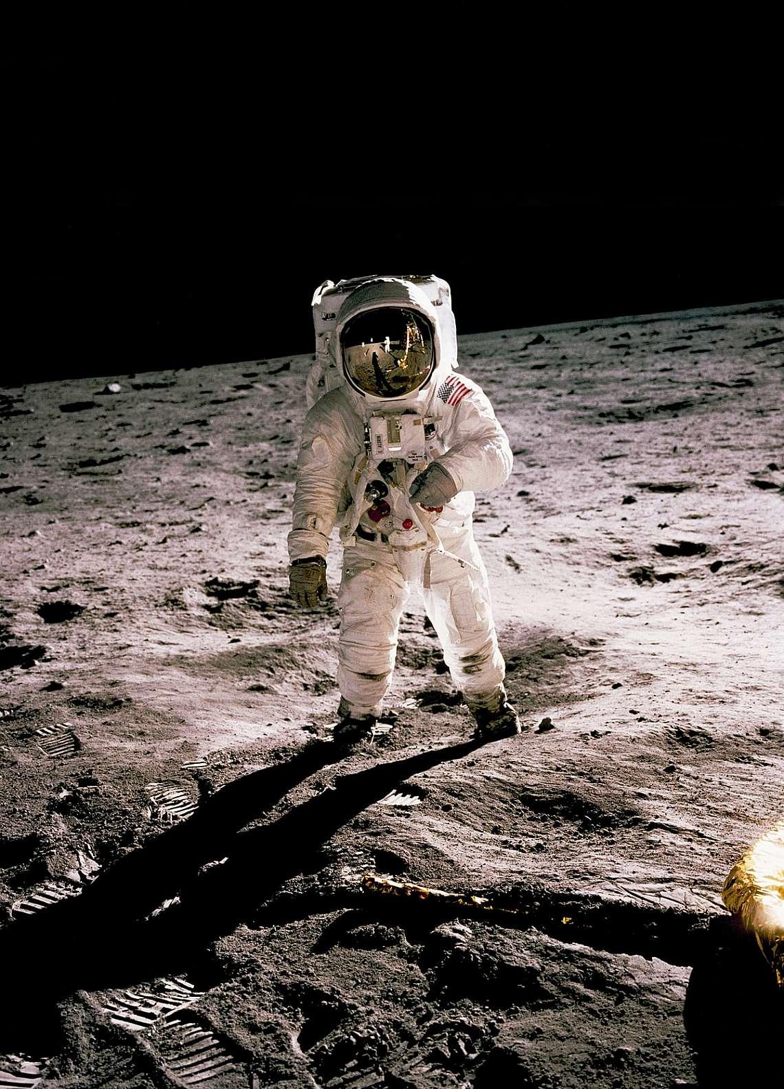 """Астронавтът от """"Аполо 11"""" Бъз Олдрин се разхожда по повърхността на Луната на 20 юли 1969 г., на снимка, направена от Нийл Армстронг."""
