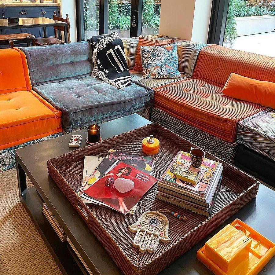 Дневната с ексцентричен диван и декоративни възглавнички на Жан-Пол Готие