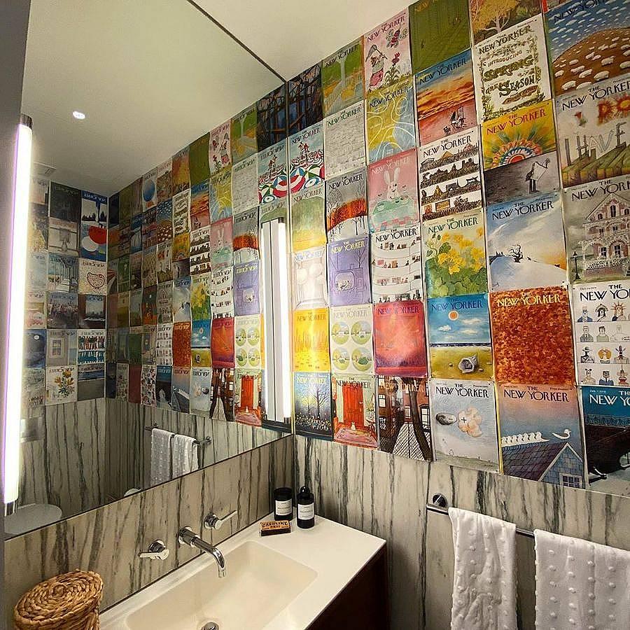 Стената в банята декорирана с корици на списание  New Yorker