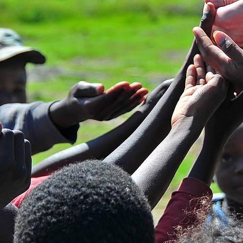 Анджелина Джоли и Брад Пит помагат на Хаити