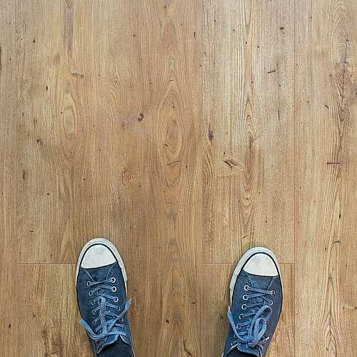 Учени създадоха дървен под, който генерира електричество от ходене