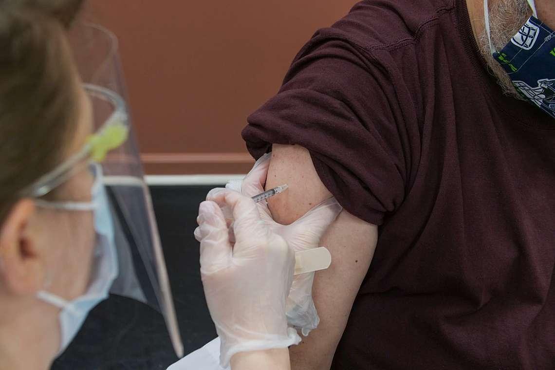 Пациентът получава инжекция с ваксина Covid-19
