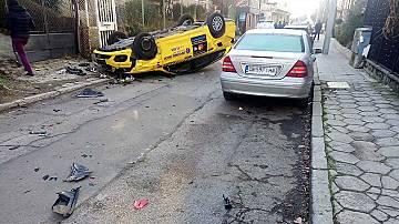 Такси се обърна по таван в тясна уличка