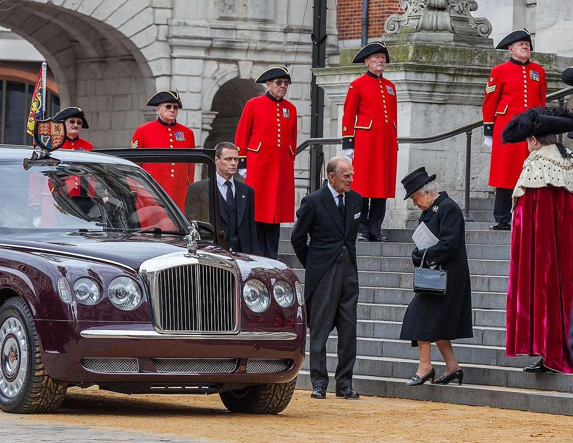 Принц Филип вярно следваше кралица Елизабет Втора повече от 73 години