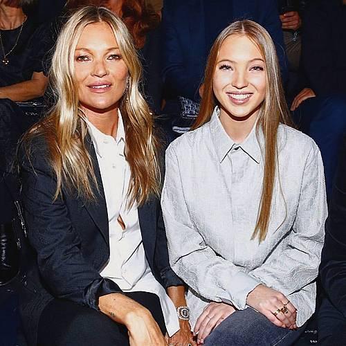 ПО СТЪПКИТЕ НА МАМА: Дъщерята на Кейт Мос дебютира на модния подиум