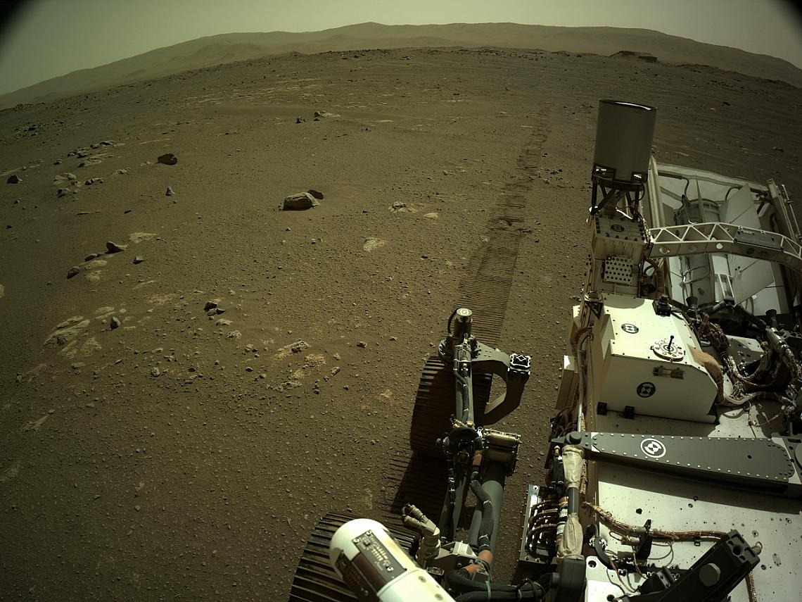 Марсоходът на NASA Пърсивиърънс (Perseverance) прави тази снимка с помощта на бордовата му лява навигационна камера (Navcam). Камерата е разположена в...