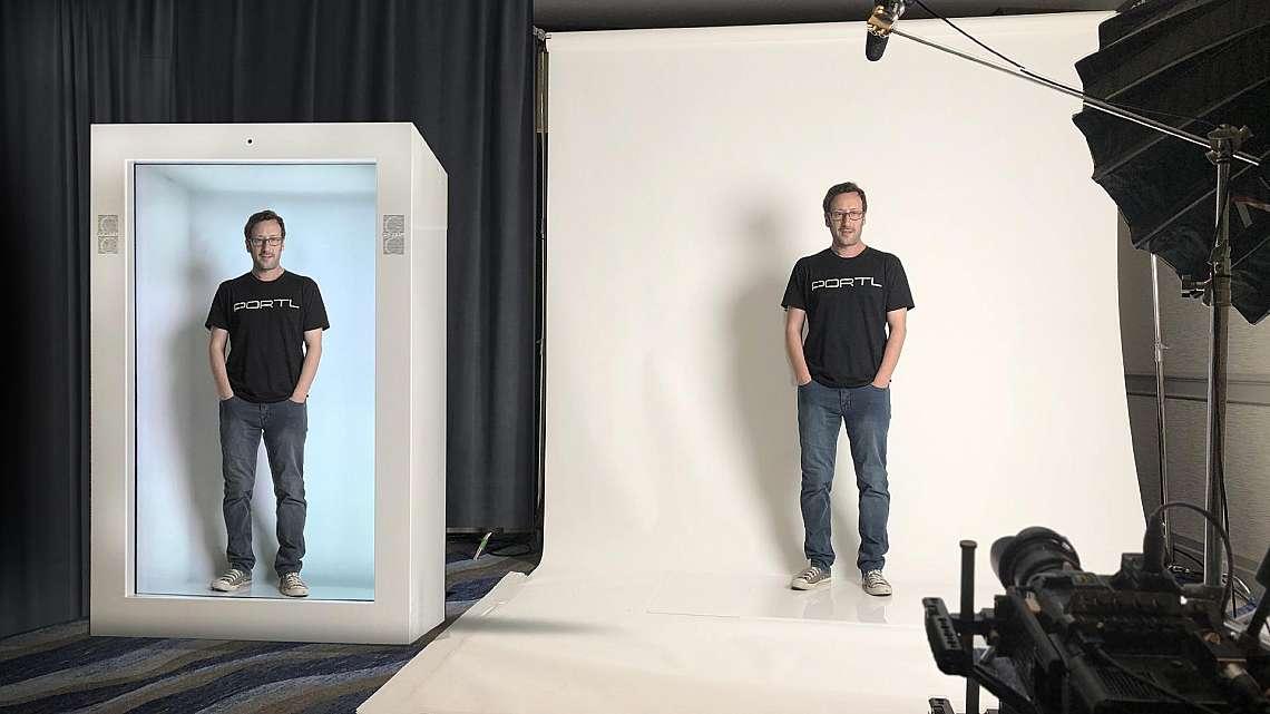 Основателят на PORTL  Дейвид Нусбаум демонстрира холограмното устройство Epic PORTL - първата в света машина за холограмна телепортация (holoportation...