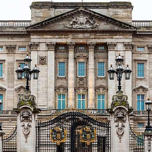 Британската кралица и кралското семейство са  очаровани от раждането на бебето