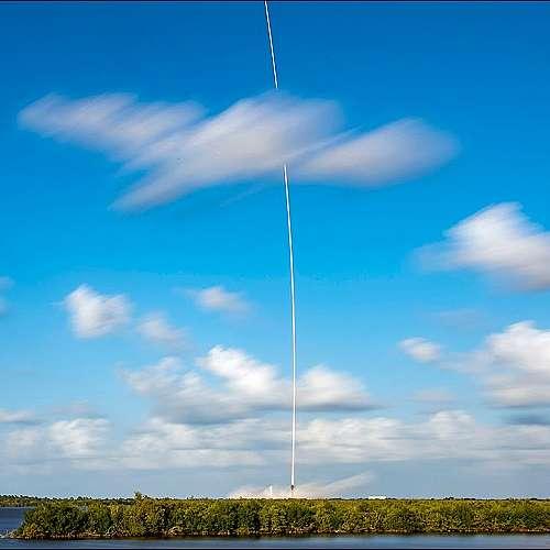 """SpaceX изстреля 54 спътника с ракетата-носител """"Фалкон-9"""""""