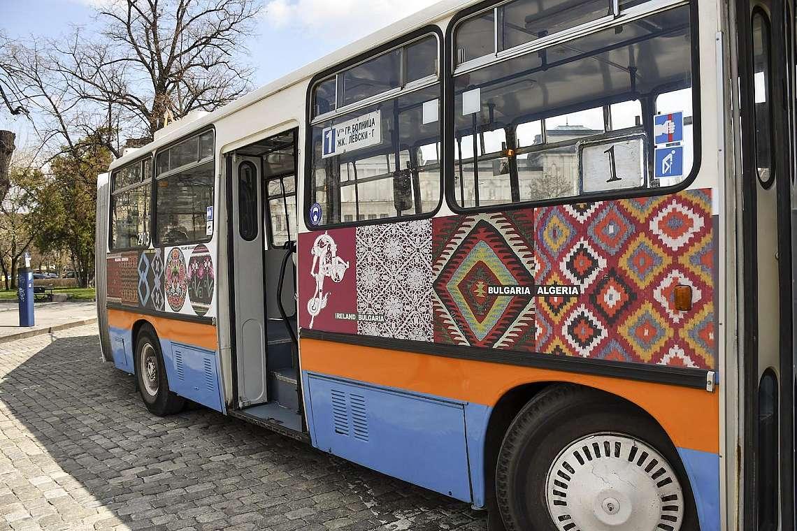 """Тролей-галерия, """"облечен"""" с колажи от културното наследство на България"""