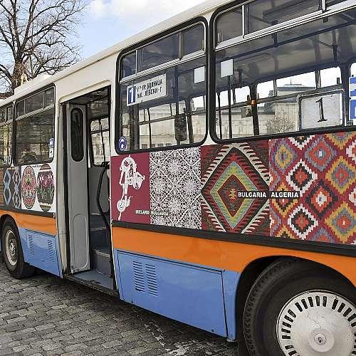 По софийските улици се движи тролей-галерия