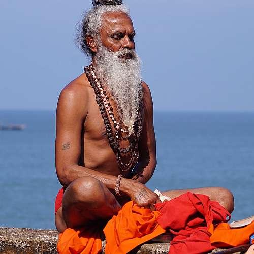 Индийски лекари протестираха срещу гуру, препоръчващ йога срещу COVID-19
