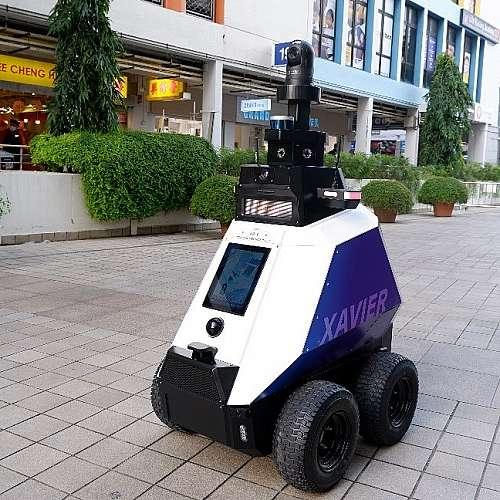 Робот следи за спазването на обществения ред в Сингапур