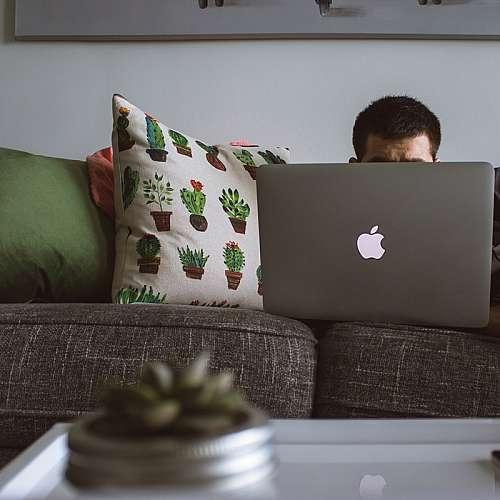 Работата от къщи четири дни седмично намалява замърсяването на въздуха с 10%