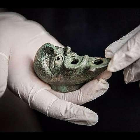 Археолози откриха  загадъчна лампа с формата на половин лице